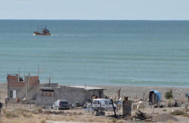 Clandestinos. Una de las postales de la ocupación ilegal en Playa La Galesa, que ahora deberá desaparecer.