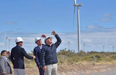 Vista. Una postal del presidente Macri mirando los molinos de Rawson, una iniciativa que deja poco.