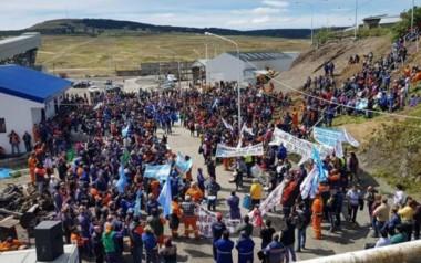 Imagen de la pueblada que hace unas semanas acompañó la reacción de los trabajadores contra los despidos. (foto: gentileza agencia Paco Urondo).