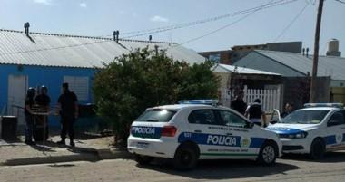 Momentos en que Policía se disponía a irrumpir en la propiedad con la orden judicial en manos de un oficial.
