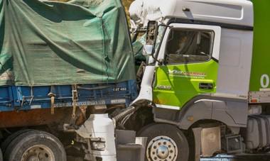 El violento impacto ocurrió al sur del acceso a Trelew por la Ruta Nacional Número 3, donde  un camión embistió por detrás al otro.
