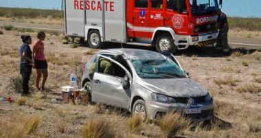 El automóvil dio algunos tumbos hasta que quedó muy dañado a un costado de la Ruta Nacional 3.