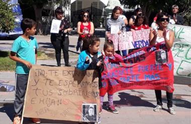 Los familiares y amigos del joven Ezequiel Meza recorrieron las calles de Rawson pidiendo más compromiso.