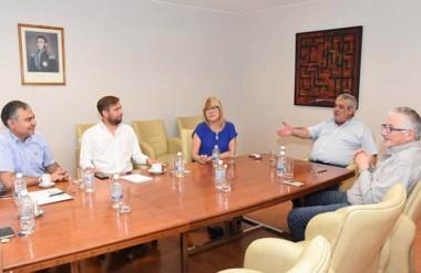 Receso. Desde la izquierda, Pagliaroni, Espinosa, Hernández, Di Filippo y García, en plena discusión.