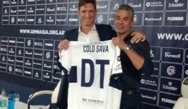 Sava posa con la camiseta de Gimnasia. El histórico delantero del Lobo se pone el buzo de DT.