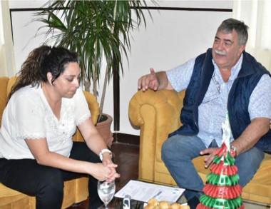 La intendente de Camarones durante el encuentro con el gremialista.