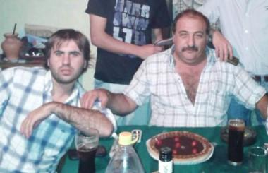 Padre e hijo en una reunión familiar. El joven se mató en un accidente y su papá al enterarse murió de un infarto. (Facebook).