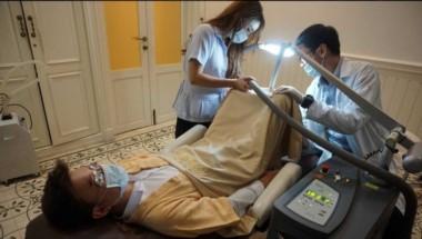 Munido de un poderoso láser, el médico logra dejar blanco el pene del paciente.