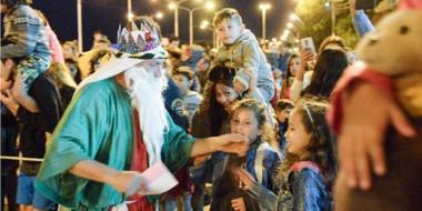 Incesantes fueron los saludos y besos que recibieron los Reyes Magos a su paso por la costa madrynense.