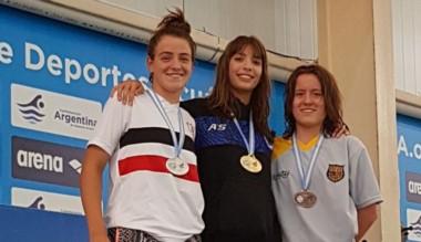 Julieta Lema compartió podio con la consagrada Delfina Pignatiello. Fue en la prueba de 100 metros libres.