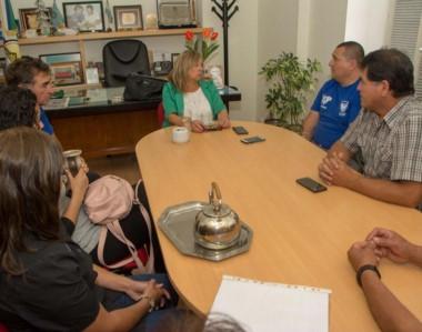 La intendente de Rawson recibió a dirigentes de Deportivo Roca y hablaron de futuras obras para el club.