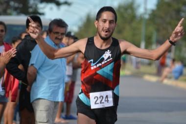 Vanesa Monin llegando a la meta. Ganó los 10 km en Damas y ahora se prepara para la Corrida de la Bahía.