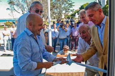 Sonrisas. Sastre, Ramírez, un eufórico Sala y Arcioni dejaron habilitado el flamante cajero automático.