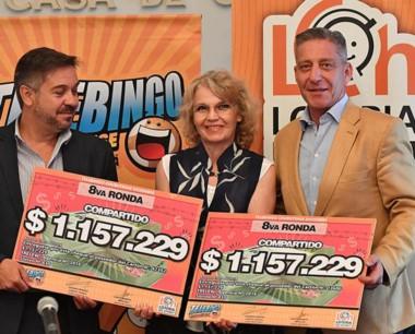Arcioni y Barbato entregan a Olga Cuenca los premios de diciembre.