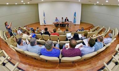 Auditorio. Los tres ministros usaron el estrado en Legislatura para escuchar y responder a las inquietudes de la oposición en Rawson.