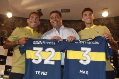Carlos Tevez y Emmanuel Más fueron presentados en conferencia de prensa y posaron para la foto junto a Daniel Angelici.