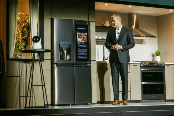 """David Vanderwaal, gerente de marketing de LG, le habla a CLOi: el robotito, """"ni bolilla""""."""