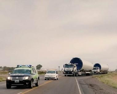 Cuidado en la ruta. Ayer comenzó el traslado de los molinos eólicos.
