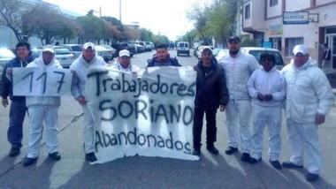 """""""Abandonados"""". Los trabajadores de Soriano y un reclamo elocuente."""