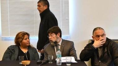 Banquillo. En plena audiencia, Suárez camina por detrás de la exministro de Familia. Luego admitiría diferencias internas por el manejo.