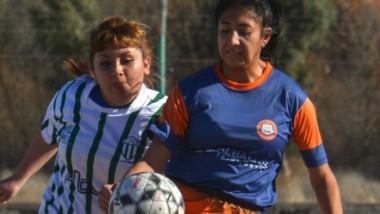 El fútbol femenino en la Liga del Valle suele disputarse sobre tierra.  El masculino, se juega de forma mayoritaria sobre césped natural o sintético.