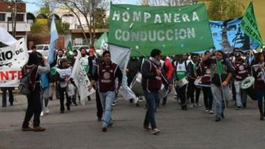 El sector de ATE de Hompanera marchó en Rawson junto a los dirigentes de UPCN y el SOYEAP.