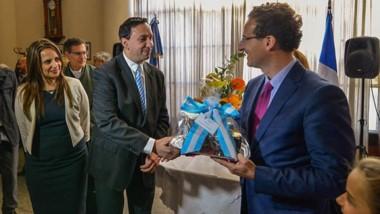 Protocolo. Maderna y el Cónsul francés intercambiaron presentes durante el acto en el Touring Club.