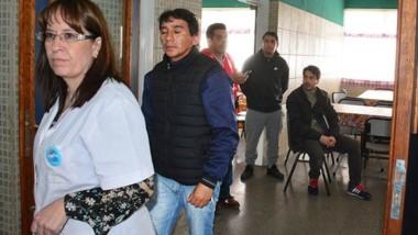 La dirección del establecimiento educativo ordenó la evacuación de acuerdo al protocolo de urgencias.
