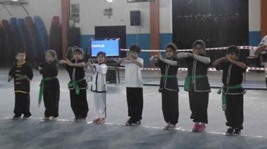 Nenes y nenas de todas las edades, hasta 18 años, participaron de la tercera edición de Wushu que se realizó en el gimnasio de Playa Unión.