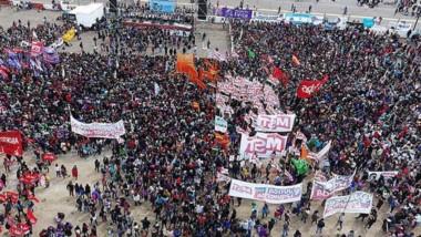 Una vista aérea muestra el impactante marco que dejó la apertura del Encuentro Nacional de Mujeres en el autódromo de la ciudad.