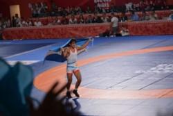 Apenas culminó la pelea, Almendra rompió en llanto por la derrota, pero luego celebró con la bandera albiceleste.