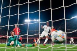 Sterling marcó un doblete en la victoria de Inglaterra ante España.