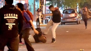 Un individuo golpea salvajemente a patadas a una de las manifestantes del Encuentro de Mujeres en el medio del caos que se desató el domingo.