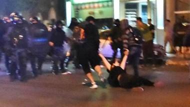 Una de las mujeres es llevada demorada en pleno centro de Trelew en el medio de los hechos vandálicos.