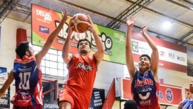 """Matías Nahuelquín (15 puntos) ataca el aro en la victoria de Racing ante Ferro en el gimnasio """"Mariano Riquelme"""". La """"Academia"""" está segundo."""