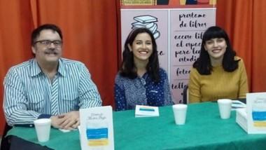 """Las  autoras Iara Arza y Saira Chaina, asisten al taller de poesía """"Carpintería de palabras"""" de Sergio  Praváz."""