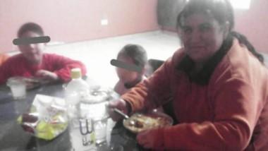 Ayuda. Melín junto con dos de los chicos que concurren al comedor.