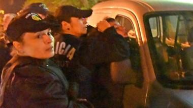Algunas de las imágenes de la intervención de la Policía durante los incidentes del domingo por la noche.