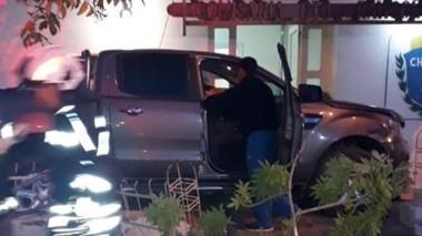 La camioneta pick up ingresó por los canteros de la dependencia policial y no hubo lesionados graves.