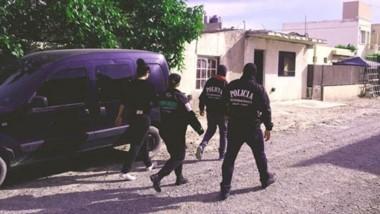 Efectivos de la Brigada de Investigaciones de Trelew en el preciso momento de la diligencia en Urquiza 1.700.