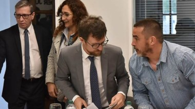 Pedido. Carpintero, de pelo más corto, junto con su defensor y atentos a la entrada del juez Sergio Piñeda.