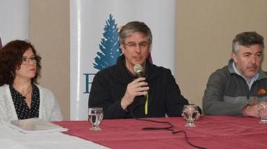 El intendente y sus funcionarios. Sergio Ongarato, con micrófono, con Lelia Nichols y Alejandro Wengier en la última entrega de microcréditos.