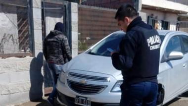 Efectivos policiales locales identificaron al presunto autor del robo.