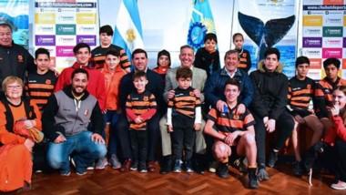 Chicos y jugadores de Bigornia Club estuvieron presentes durante la ceremonia junto al gobernador.