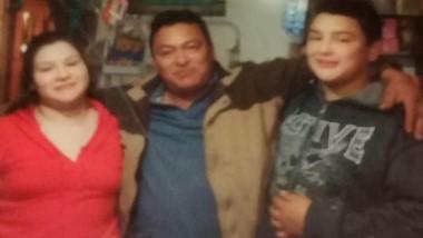 """Familia. """"Tatín"""" Córdoba posa en el medio de sus parientes en la meseta."""