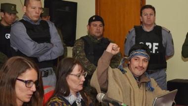 Militante. Jones Huala puño en alto y a su derecha, la abogada Ivanoff.