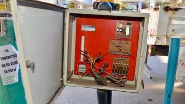 Cables sueltos. Una postal de la caja del semáforo que debió ser reparada por técnicos del municipio local.