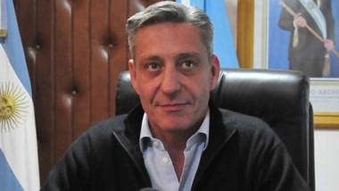Desde su despacho, Arcioni hizo un breve anuncio por los sueldos.