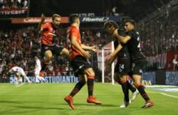 Newell's juega ante su público contra Argentinos Juniors.