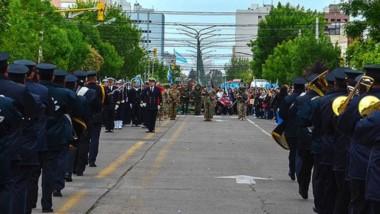 """Las fuerzas armadas y de seguridad fueron parte del desfile que organizó  el Municipio de Trelew para celebrar el nuevo  aniversario de la fundación del """"Pueblo  de Luis""""."""